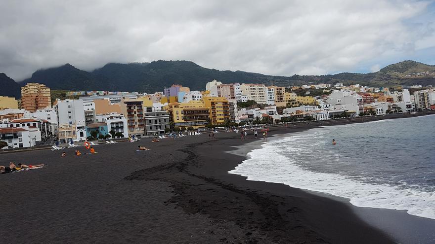 En la imagen, la playa de la capital, este sábado, con las primeras hamacas 'oficiales' colocadas en la parte sur. Foto: LUZ RODRÍGUEZ.