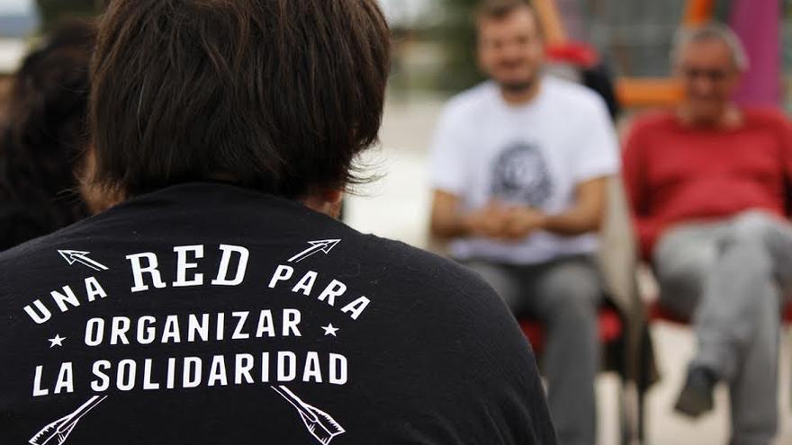 Un joven con la camiseta de la Red de la Solidaridad.