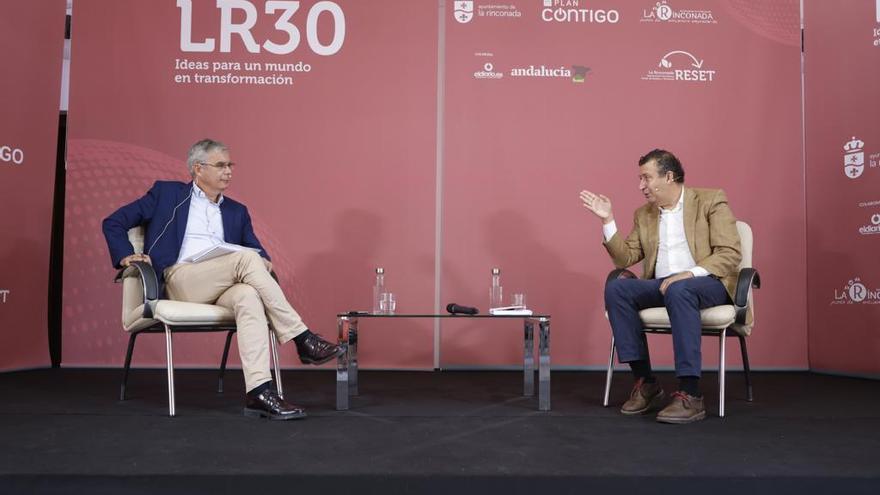 El alcalde (a la derecha) durante la entrevista con Juan Carlos Blanco.