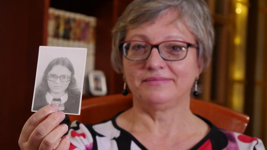 Rosa María enseñando una foto suya a los 19 años, cuando fue detenida por la policía franquista