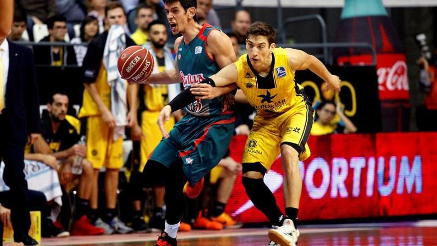Nenad Miljenovic pugna el balón con Richotti