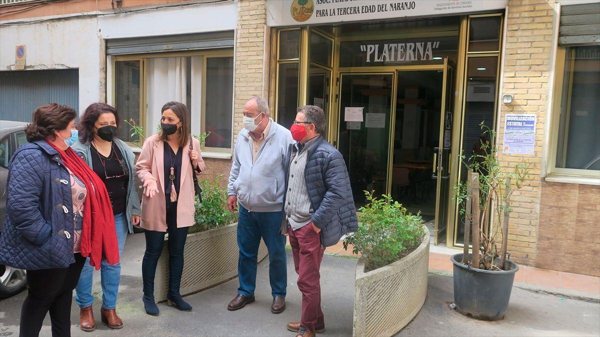 Concejales del PSOE en una reunión con vecinos de El Naranjo.