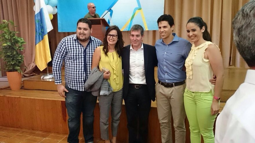 Algunos jóvenes de CC de La Gomera junto a Fernando Clavijo