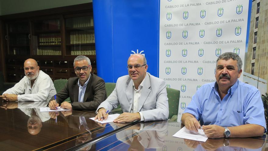En la imagen, firma del acuerdo en el Cabildo.