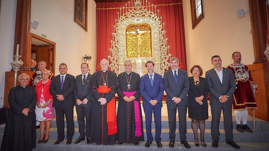 Foto de familia con los asistentes al acto oficial de presentación del altar del Cristo lagunero, este domingo