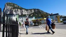 Varias personas caminan por Gibraltar horas antes de que se levantaran las restricciones de movilidad por el coronavirus en el peñón el pasado 21 de mayo