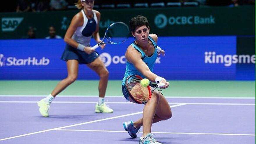 Carla Suarez y Garbiñe Muguruza durante el encuentro de dobles en el Master de Singapur. (twitter oficial Carla Suárez).