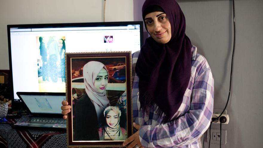 Saná posa junto a la fotografía de su hija Dunya, arrestada por las autoridades israelíes el 15 de noviebre de 2015 / Marta M.Losa