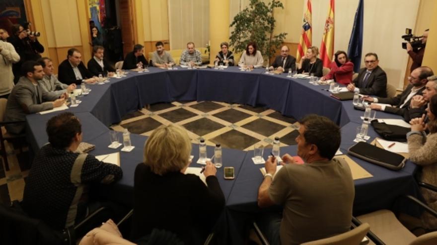 Javier Lambán y Marta Gastón se reunieron con la dirección y el comité de empresa de Opel para desbloquear las negociaciones.
