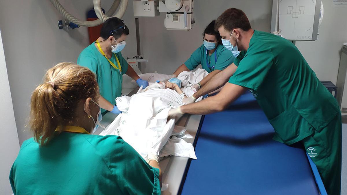 Varios sanitarios atienden a un paciente en el hospital.