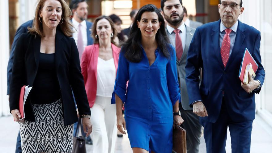 Los diputados de Vox en la Asablea de Madrid a su llegada al pleno de investidura sin candidato.