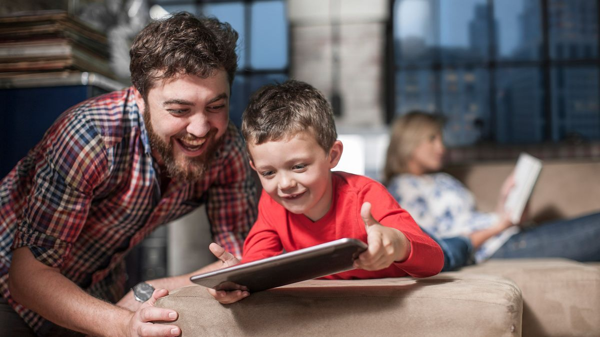 Padre e hijo con una tablet