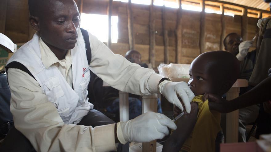 Personal médico cualificado de Médicos Sin Fronteras en una campaña de vacunación