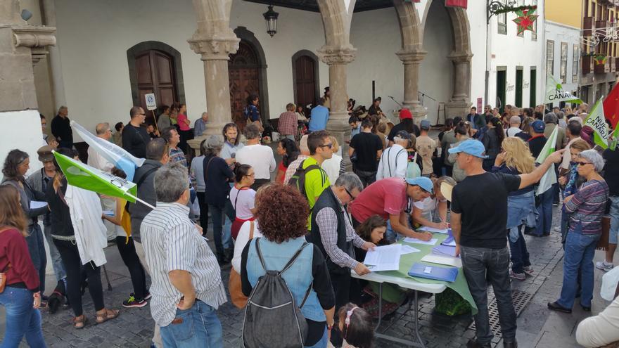 En la imagen, acto reivindicativo en el atrio del Ayuntamiento. Foto: LUZ RODRÍGUEZ.