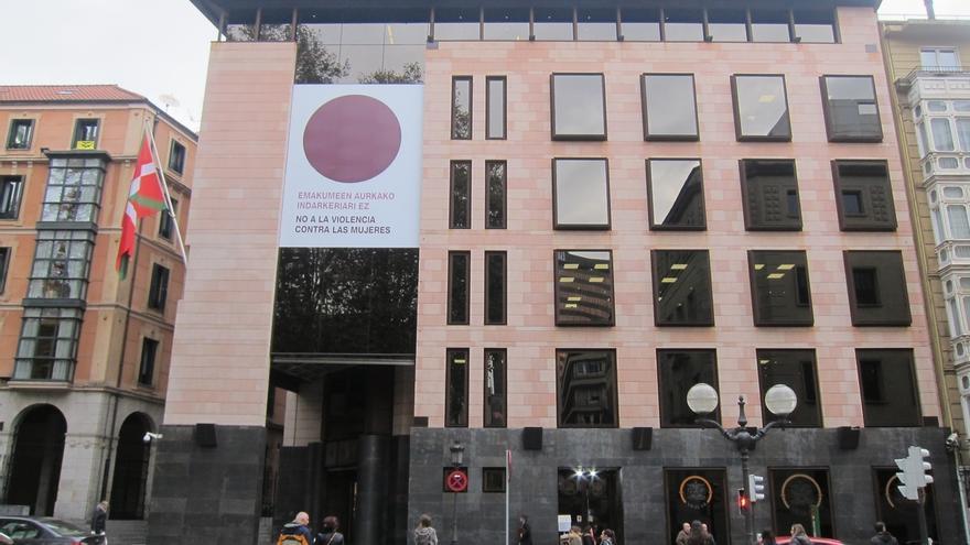 """PNV coloca en la fachada de Sabin Etxea un punto lila para """"decir no a la violencia contra las mujeres"""""""