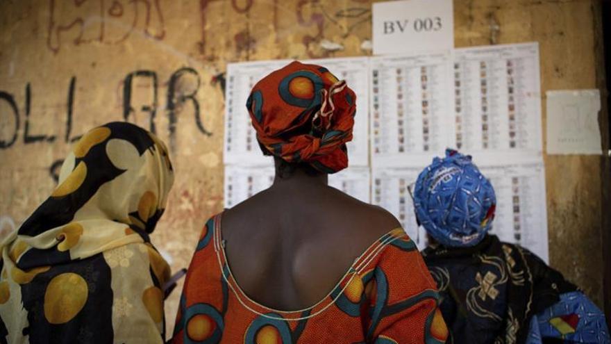Imagen de archivo. Varias mujeres malienses buscan sus nombres en las listas antes de votar en un colegio electoral en el barrio de Badalabougou en Bamako, Mali.
