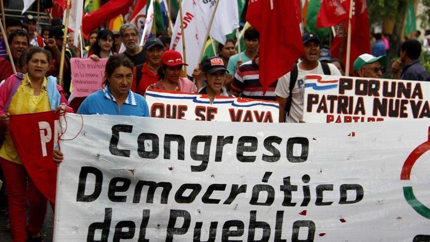 Paraguayos marchan por derechos de campesinos y contra el desalojo de tierras