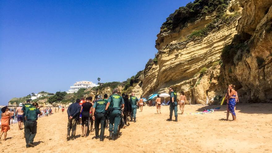 Migrantes abandonan la playa con la Guardia Civil