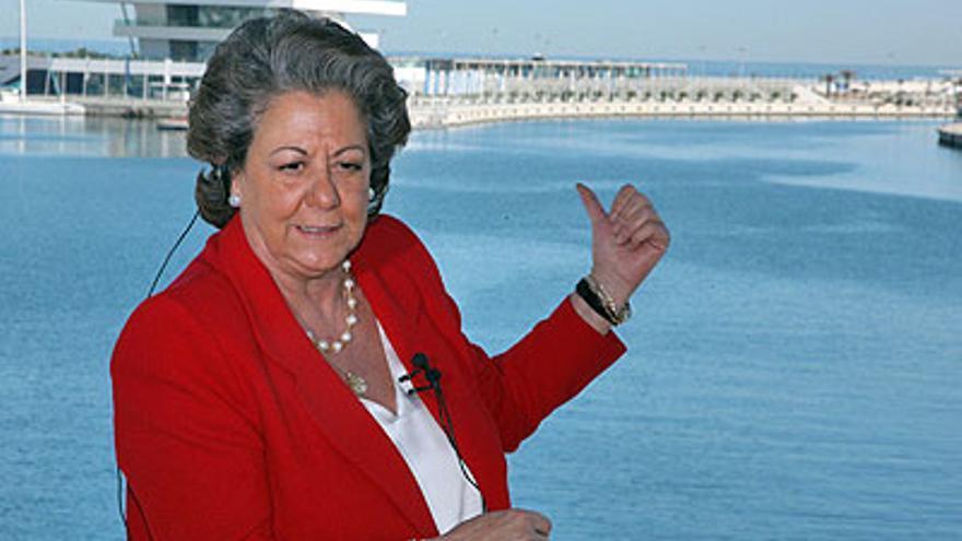 Rita Barberá, en la zona remodelada para acoger la Copa del América, con el edificio Veles e Vents al fondo.
