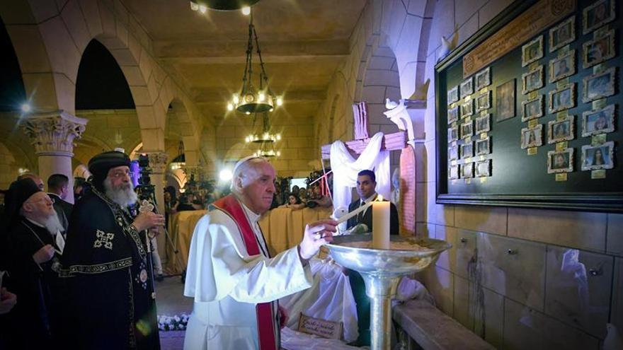 El papa Francisco reza en iglesia egipcia atacada por EI, sin familias de víctimas