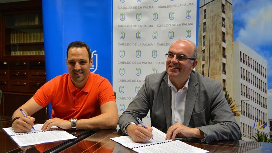 Jonathan Felipe y Anselmo Pestana durante la firma del acuerdo.