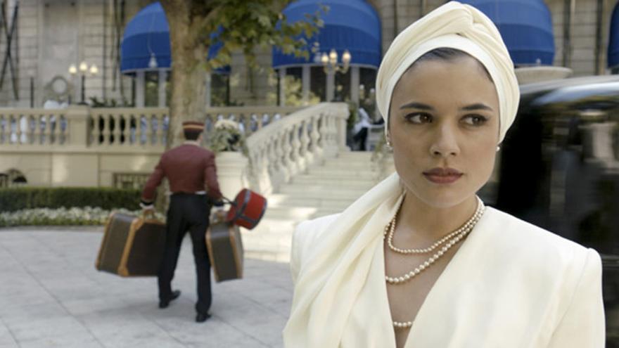 Adriana Ugarte como Sira en la serie El tiempo entre costuras