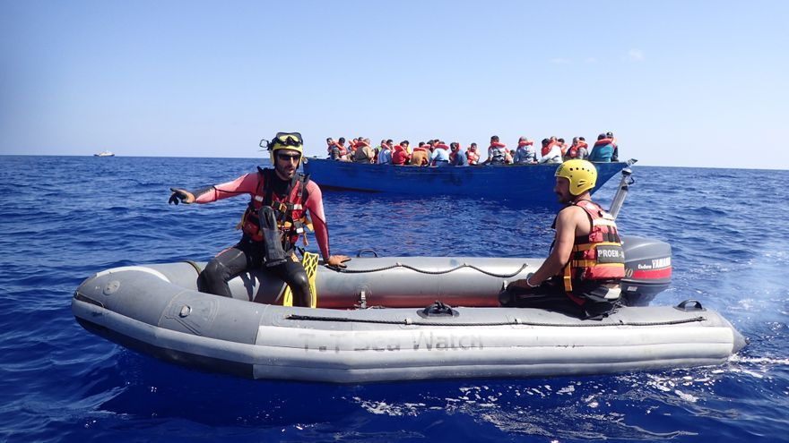 Rescate de una patera en el Mediterráneo / FOTO: SMH