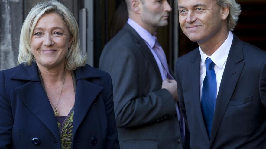 La líder del Frente Nacional francés, Marine Le Pen, y el del Partido Popular por la Libertad y la Democracia, Geert Wilders, en La Haya en 2013.