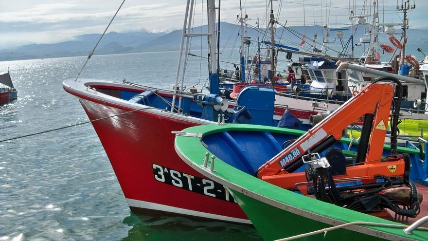 Sanidad aísla a una decena de marineros gallegos que faenaban en Cantabria por un brote importado de coronavirus