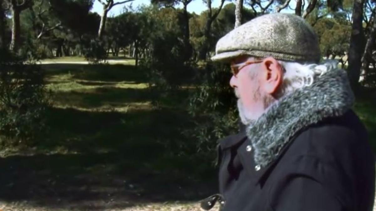 Caballero Bonald paseando por la Dehesa de la Villa