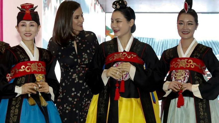 La reina Letizia (2i) vista el estand de Corea del Sur en la Feria Internacional de Turismo Fitur 2020 durante su inauguración en Ifema, Madrid, este miércoles.