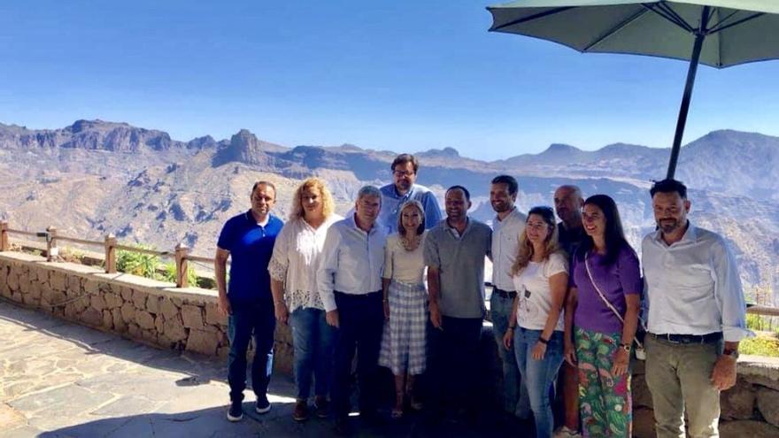 Pablo Casado, junto al alcalde de Artenara y varios de sus concejales, en compañía de la presidenta del PP canario y otros cargos públicos y orgánicos del partido. La foto fue tomada el miércoles 21 en La Cilla.