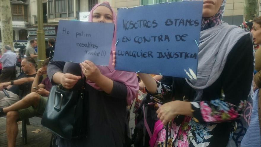 """""""Lo sufrimos nosotros también"""", expresaba uno de los carteles exhibidos por una de las personas concentradas"""