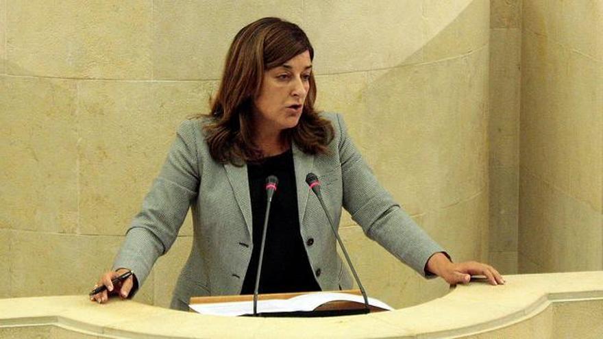 La presidenta del PP de Cantabria, María José Sáenz de Buruaga, en el Parlamento.