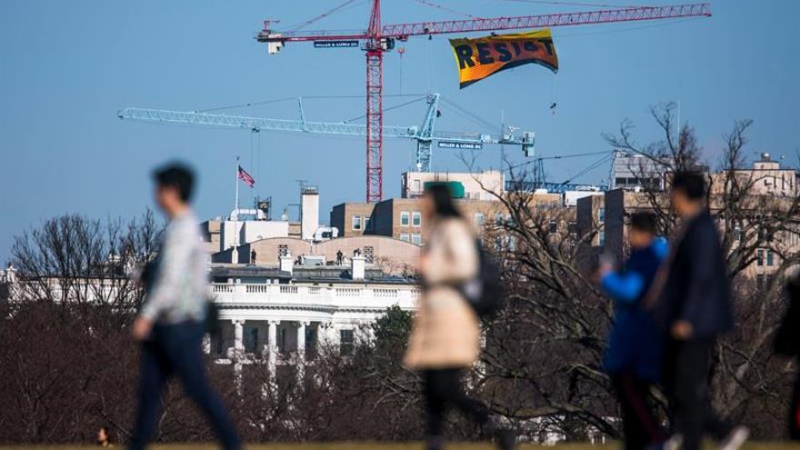"""Greenpeace llama a """"Resistir"""" con un gran cártel cerca de la Casa Blanca"""