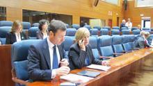 Tomás Gómez y Maru Menéndez, en sus escaños de la Asamblea de Madrid. / Europa Press