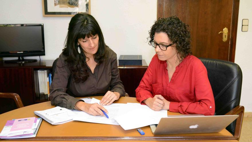 La edil Beatriz Jiménez y la alcaldesa Isabel Martín, en el ayuntamiento de Paiporta.