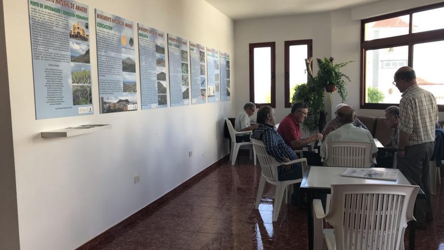 Vecinos de San Isidro juegan al dominó junto a la presunta exposición del Monumento Natural de Amagro, que justifica el ascensor.