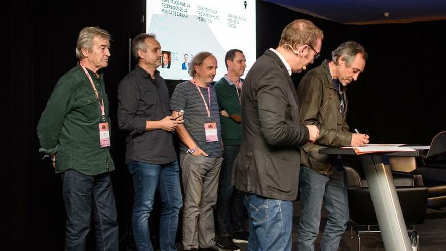 Las principales organizaciones que estructuran el sector de la música se han unido para impulsar la Federación de la Música de España, con la que pretenden promover sus intereses colectivos, y que se constituye en el marco del festival BIME PRO. En la imagen, momento de la firma de Francisco López (1d) de ARTE, después de que lo hiciesen sus compañeros, Luis Mendo (1i) de AIE, Luis Oscar García Soriano (2i) de ACCESS, Josep Gómez Sancho (3i) de AEDEM y Albert Salmerón (4i) de APM.