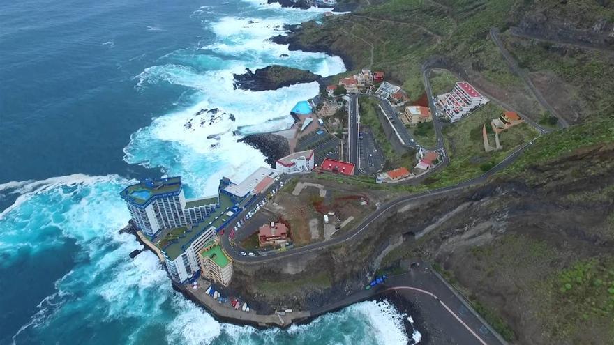 Vista aérea de Mesa del Mar, con el edificio Mar y Sol, el que resultó afectado por el fuerte oleaje del fin de semana (Tenerife)