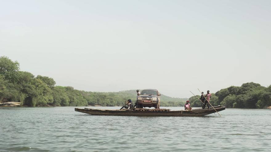 Barcaza que transporta el vehículo que lleva a su vez el féretro de Idrissa