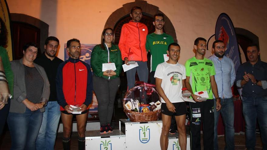 Los ganadores del cross en el podium tras la prueba.