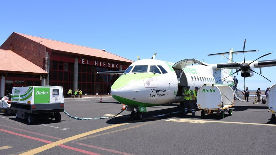 Avión de la compañía Binter en el aeropuerto de El Hierro