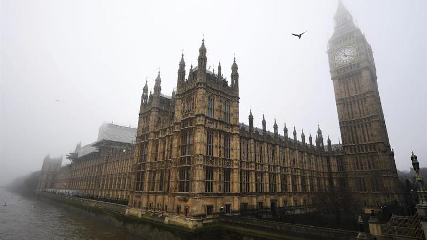 Parlamento británico suspende sesiones después de escucharse tiroteo exterior