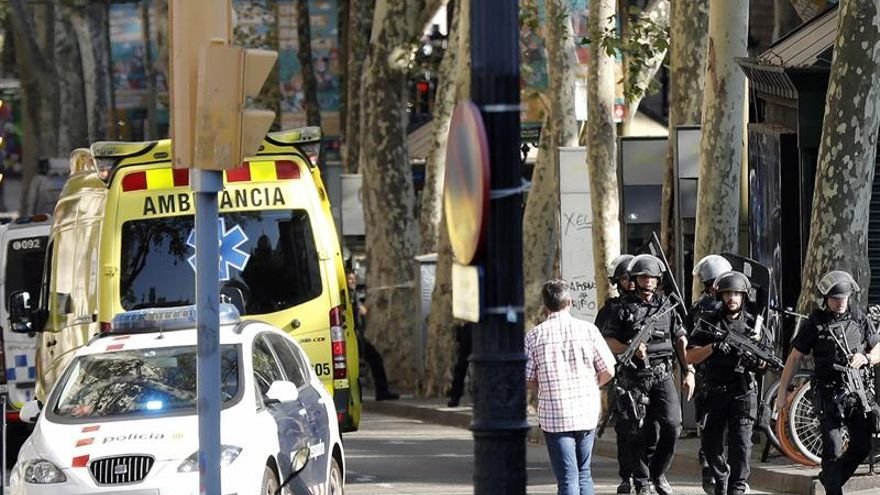 """Los Mossos activan el dispositivo de """"atentado consumado"""" por atropello en las Ramblas"""