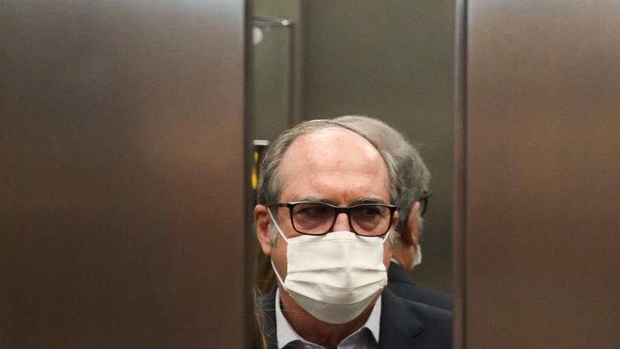 El candidato del PSOE a la Presidencia de la Comunidad de Madrid, Angel Gabilondo, a su llegada al Hotel Princesa Plaza para celebrar la jornada electoral