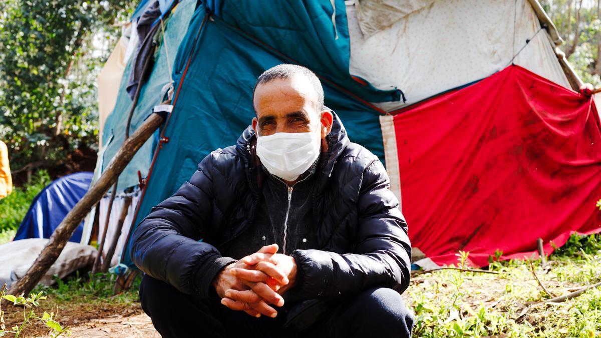 Un migrante marroquí en el exterior de Las Raíces