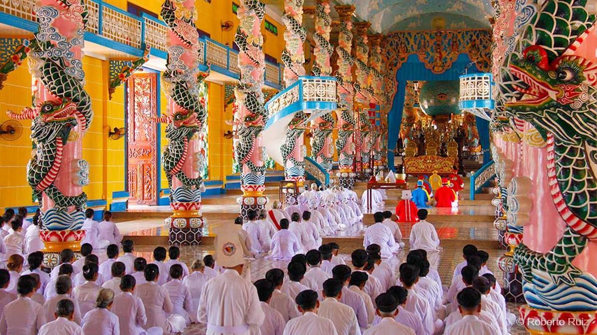 Una ceremonia en el templo Cao Dai de Tay Ninh, en Vietnam.