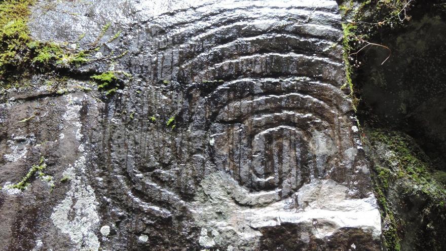"""La lluvia caída  """"les ha dado"""" a los Los grabados rupestres delParque Cultural La Zarza,  como se aprecia en la foto, """"color, prestancia y, en definitiva, vida"""", Foto: Jorge Pais."""
