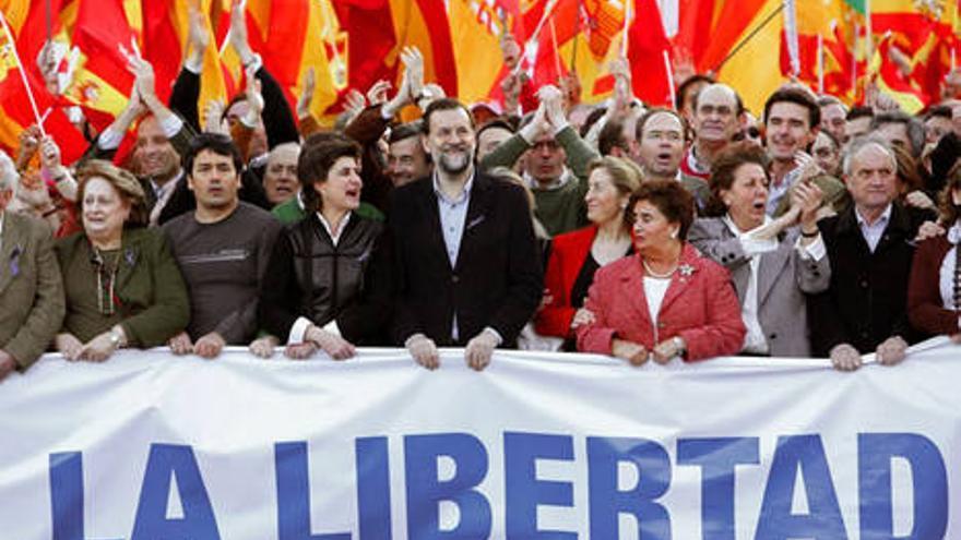 Mariano Rajoy sostiene, junto a otros cargos del partido, la pancarta durante una manifestación en 2007.